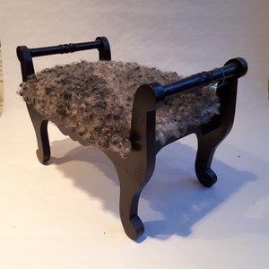 Fotpall med fårskinn